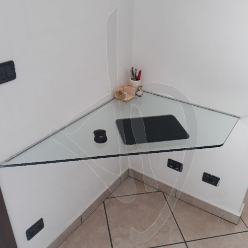 bureau-angulaire-en-suspension-dans-du-verre-transparent-sur-mesure