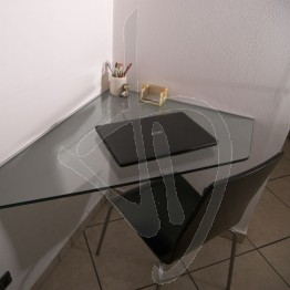 bureau-angulaire-en-suspension-dans-du-verre-transparent-sur-mesure